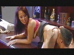 Сексуальный секретарем получает ее пизда пробуренной