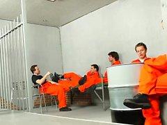 Chicos en prisión se complacen