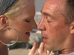 Compartilha peituda loira Tarra um galo agradável com sua amiga Jennifer