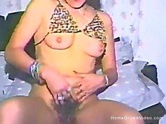Un Momma caliente folla su manguito peludas