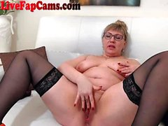 Chubby Milf reibt ihre Pussy auf Webcam