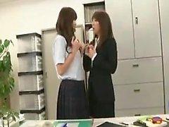 Japon lezbiyenler yalamak ve delik parmak
