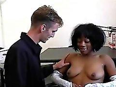 Tämä nuori mustan kauneus saa vietteli himokas valkoisen perv .