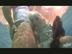 Lena Cova BJ unter dem Wasser