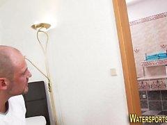 Urinating punapää puhaltaa