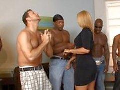 Capangas bi raciais implorar por do milf quente Mellanie Monroe de foder mas que ela escolhe apenas 1 de