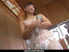 Masturbación en la ducha caliente solo con Koyuki Ono