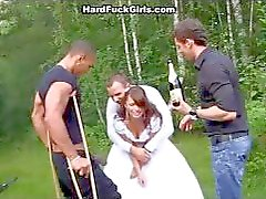 De bruidegom de bruid hard geneukt in het bos