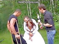 O noivo da noiva fodido duramente na floresta