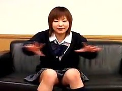 écolière japonaise adorable exhibant sa culotte rose pour t