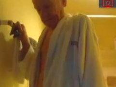 morfar i duschen