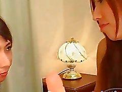Asian Girl Squirting Während Fingered Lutschen und Ficken mit großes Doppeldildo auf dem Bett