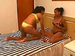 De paixão Milk - lesbians brasileira amamentando