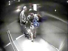 Paar im Aufzugs erwischt