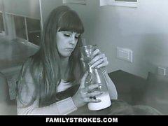 FamilyStrokes - Sexy Teen Zoe ama seus padrasto Cock