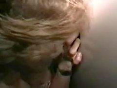 Hahnrei Ehemann saugt Schneeball glory hole