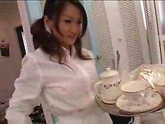 Entzückende japanische Babe fickt einen harten Schwanz und ruft ihre Pfirsich