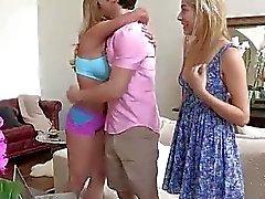 Aprendiendo con su pareja acaba por en trío