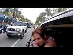 Par de Brazzers meninas unidade em torno de uma limusine e conversar enquanto porra