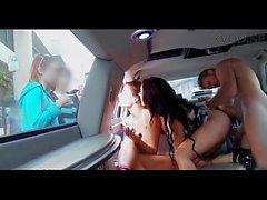 Пара из девочки Brazzers диска вокруг в лимузине и общение в то время ебля