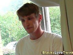 Гей-парень трахает черную задницу