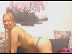 Блондинка с средними сиськами, с удовольствием с огромным черным петухом на веб-камеру