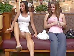 Twee mooie meisjes knippert in het openbaar winkels