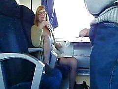 Mulher madura suga em trem