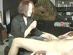 Classy Redheaddame in einem schwarzen Hemd zeigt ihre schöne Hand