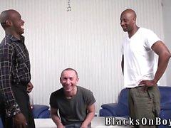 Buffo guy lucidare si fa assfucked da uomini neri