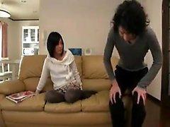 L'adolescente dolce giapponese con tette piccole conosce il suo modo intorno a