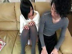 adolescente japonesa dulce con la pequeña tetas sabe su manera alrededor de una
