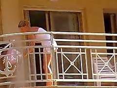 Kvinnor rengöring balkong inga trosor upskirt 1