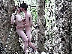 Casal fodendo ao ar livre na floresta