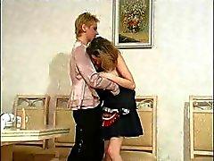 De mujer causante de reflexión con una bajingo irregular se lanza hacia su limpiadora riñones