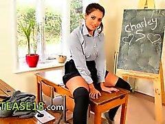 mooi schoolmeisje doet striptease