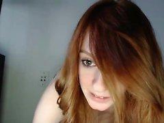 Redhead skönhet använder händerna för att onanera
