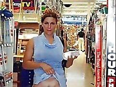 Jeunes Femmes clignotantes Alors que le magasinage