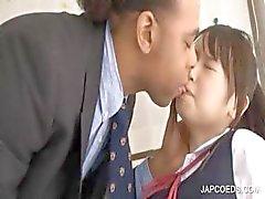 Aziatische schoolmeisje krijgt kutje gewreven