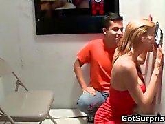 Сексуальный красавец-мужчина парень получает горячей минет