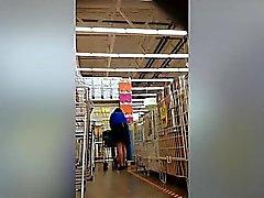 Sneaky Upskirt Aufnahmen im Supermarkt offenbaren schöne Esel ein