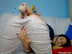 Arrapato Bambina gode della giocando con il dildo in camera da letto