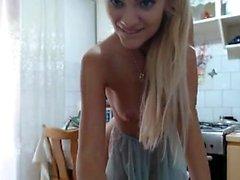 Chica rubia caliente se masturba en la webcam