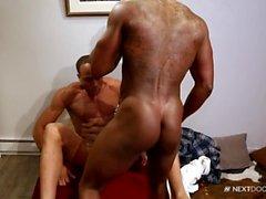 NextDoorEbony Paar mit großen Schwänzen und Muskeln