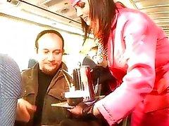 Mooie blonde stewardess pijpt onboard