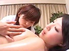 Kaunis japanilainen lapsi seksuaalisesti täyttyy lesbialla