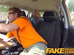 Escola de condução falsa Aprendizes excitantes sexy secretamente foda-se no carro de instrutores