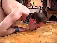 Dominatrix Dinah se divertir com seu escravo