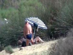 Granny El pervertido se masturba frente a extraño en la playa de