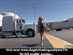 Amateur blond lesbisch koppel uitkleden en tieten massage in de auto